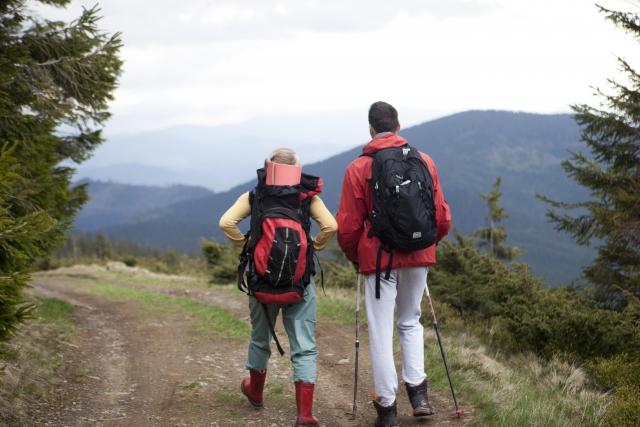 ハイキングをするカップル