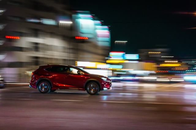 走る赤い車